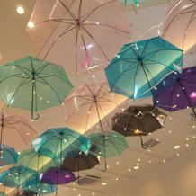 天井に傘を飾っていただきました