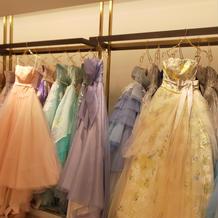 カラードレスは種類多数