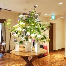 正面玄関入って横には季節の花の飾り