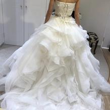 ウェディングドレス背後