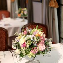 丸テーブルにはケーキ台の上にお花をのせて