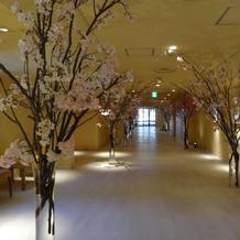 ホテル廊下にも花装飾あり、華美。