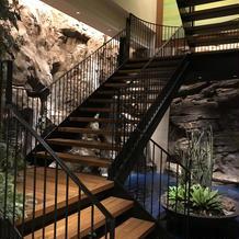 地下披露宴会場のウェルカムスペースの滝