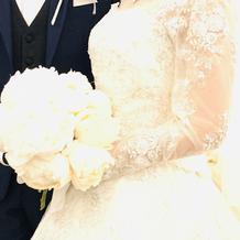 ブーケは白の芍薬!花言葉は幸せな結婚式