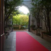 式場の入り口にもレッドカーペット