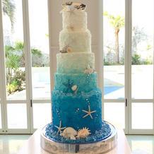 海を連想するウエディングケーキ