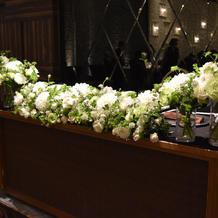 大人な雰囲気なので装花をシンプルに。