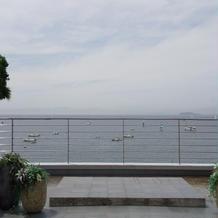 式場のバルコニーから。江ノ島も見えます。