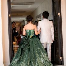 色ドレスは濃い緑で全面キラキラ