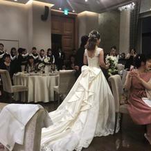 桂由美さんのドレス。バックスタイルが素敵