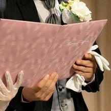 結婚証明書の台紙はピンクです