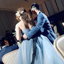 ブルーグレーのドレスとブルーのタキシード