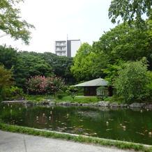 庭園風景。奥に茶室