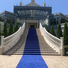 外の大階段。ブーケトスなどできます