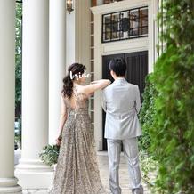 スパンコールの大人っぽいゴールドドレス