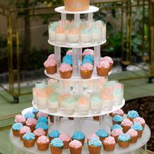 カップケーキのウェデングケーキ