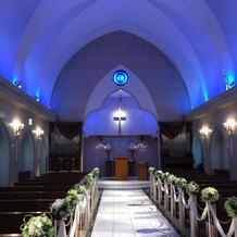 挙式中はブルーライトで雰囲気を変えられる