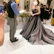 白い床がドレスを引き立たせてくれる
