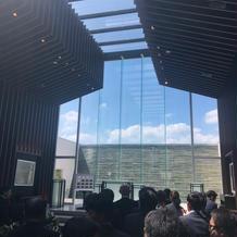 ガラス張りの挙式会場