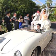 白いスポーツカーで登場