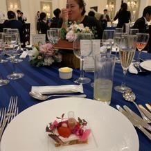テーブルクロスと前菜のコントラスト