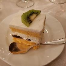 カットされたケーキも大きくて食べ応えあり