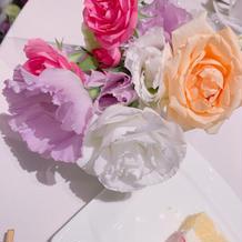 テーブルの前にある装花は花束にして貰えた