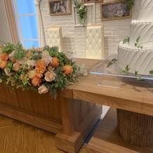 木製のテーブルにはどんなお花も合いそう