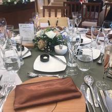 テーブルもナチュラルな雰囲気