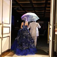 傘をさしてキャンディーを配りました