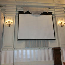 スクリーン(右が螺旋階段、左が雛壇)
