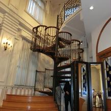 螺旋階段の横に観音扉もあり