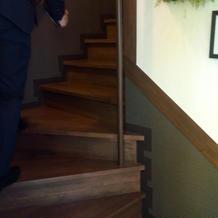 小会場から2階ブライズルームへの階段