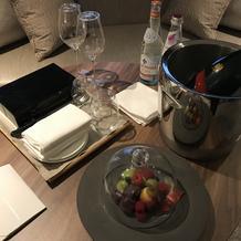 部屋のウェルカムフルーツとシャンパン