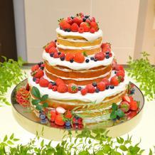 イチゴたっぷりのネイキッドケーキ