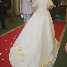 白いドレスとグレーのタキシード