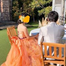 カラードレスとグレーのタキシード