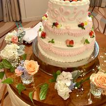 生ケーキ。周りの装花9千円でした