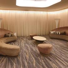 控室前のソファ