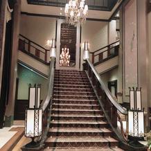式場の入り口から受付までの階段