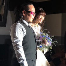 新郎はピンクのメガネでお色直し登場