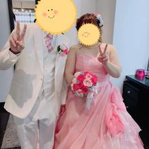 カラードレスとタキシードとブーケ
