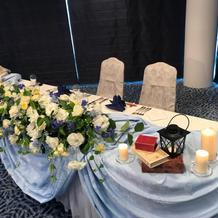 テーブルのお花と小物は第一園芸さん