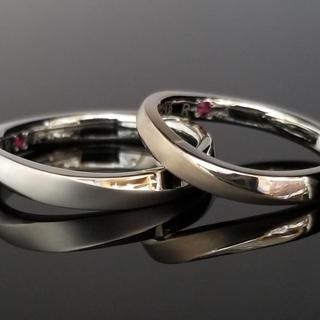 0011 / S9402 手造り流れるようなウェーブの結婚指輪が生み出す綺麗なカーブデザインのリング