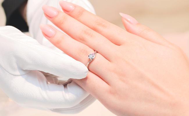 指輪を着けなれていないカップルから高い支持。感動のつけ心地