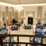天井が高く広い披露宴会場