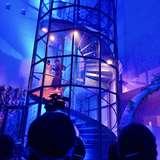 青に包まれる会場と螺旋階段