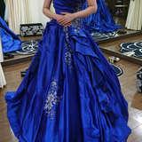 青色のカラードレスです。
