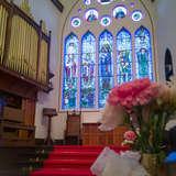 赤い絨毯のバージンロードとお花の装飾