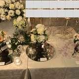 上は高砂。各卓は色と花瓶が選べる